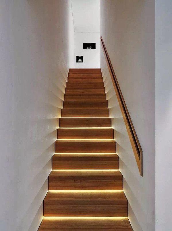 四,楼梯扶手下安装灯带,注意灯带的隐藏,不要把光源